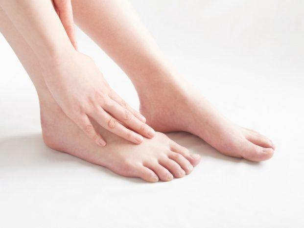 足の甲 外側 痛い
